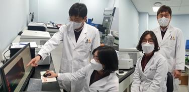 이계주 책임연구원(뒤)과 장유나 연구원(앞)이 단백질 발현을 확인하고 있다 [사진=한국뇌연구원 제공]