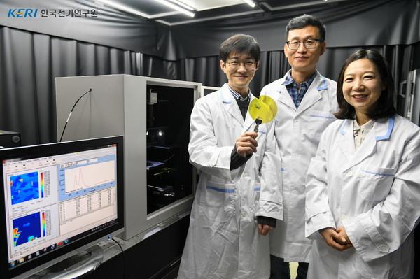 '전력반도체용 SiC 소재 결함 분석 및 평가기술'을 개발한 (왼쪽부터) 정현진·방욱·나문경 한국전기연구원 전력반도체연구센터 연구원. [사진=전기연 제공]